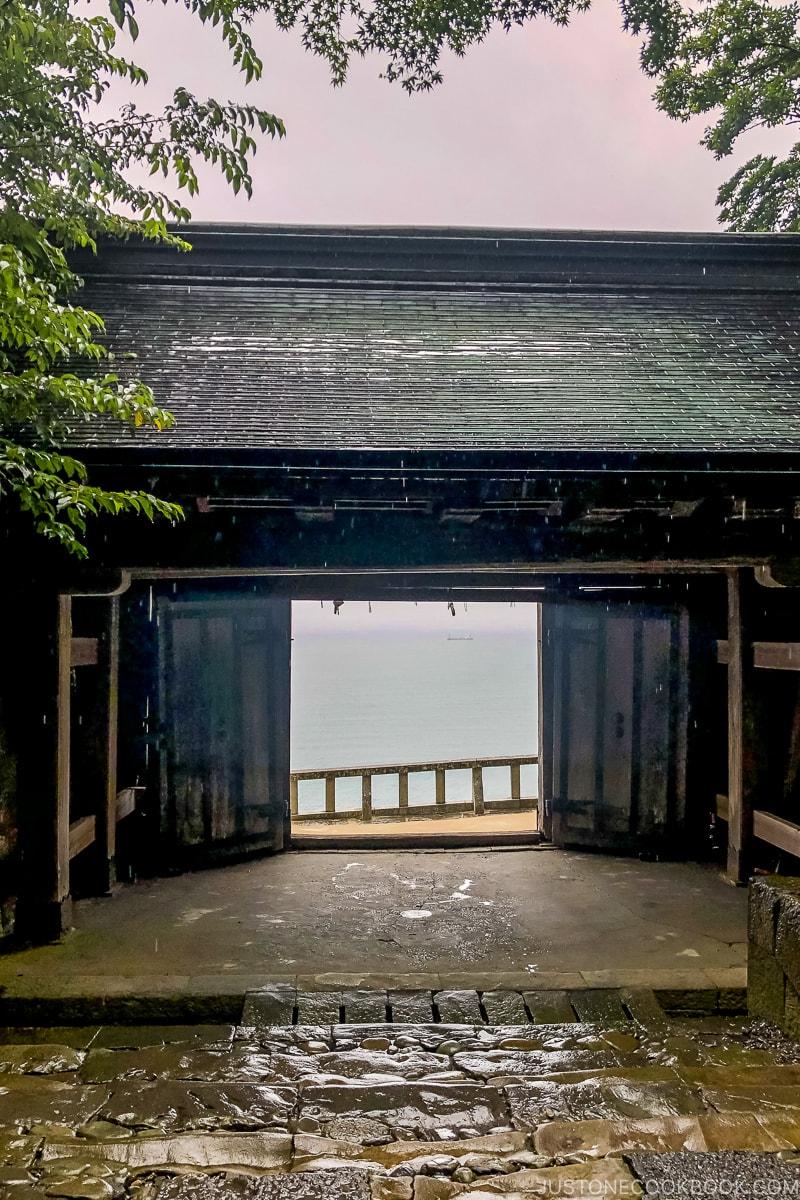 ichi-no-mon gate with view of Suruga Bay